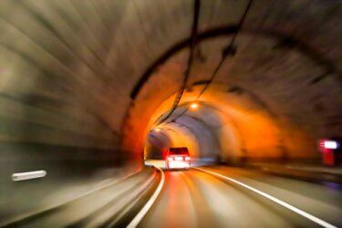 トンネル内を走行する車両を追跡する写真